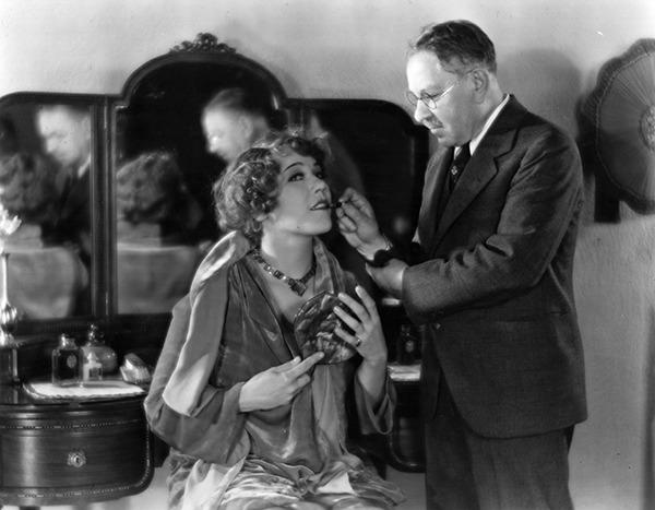1924 MaxFactor uczy Hollywood film star Louise Fazendę jak aplikować szminkę