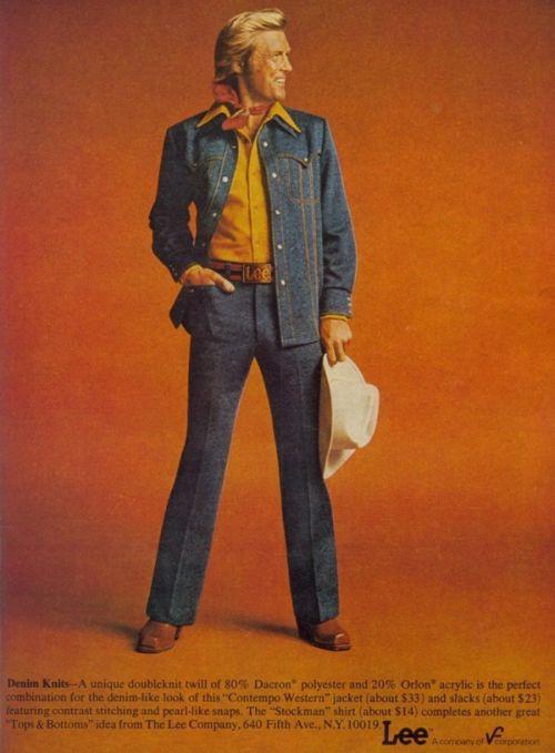 Zdjęcie reklamowe garniturów Lee zlat 70. Strój wykonany jest zpołączenia poliestru Dacron zakrylem Orlon dla zachowania denimopodobnego wyglądu. Firma zajmująca się głównie produkcją odzieży dżinsowej, stworzyła więckolekcję poliestrowo-akrylową … imitującą dżins. Taksilny był wpływ trendu disco iGorączki sobotniej nocy.