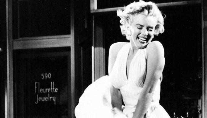 Najdroższe rekwizyty filmowe - Marilyn Monroe wkultowej białej sukience zfilmu Słomiany Wdowiec