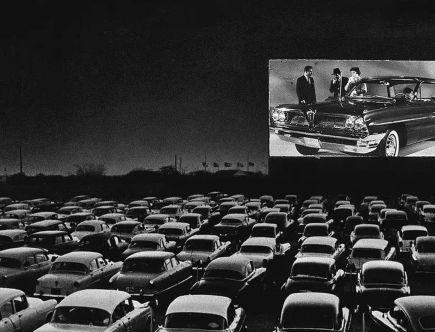 Amerykańskie kino samochodowe w latach 50 podczas jednego z seansów.