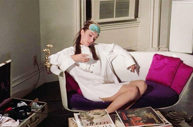Śniadanie uTiffany'ego przedstawiało społeczeństwu amerykańskiemu ideę Modern Woman. Nazdjęciu kadr zfilmu. Holly zasypia nadkieliszkiem wina.