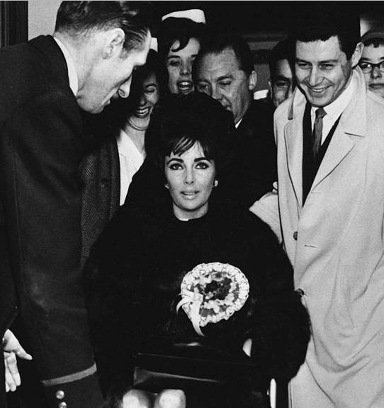 Elizabeth Taylor nawózku inwalidzkim nalotnisku