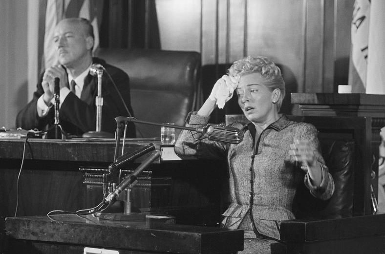 Lana Turner płacząca wsądzie