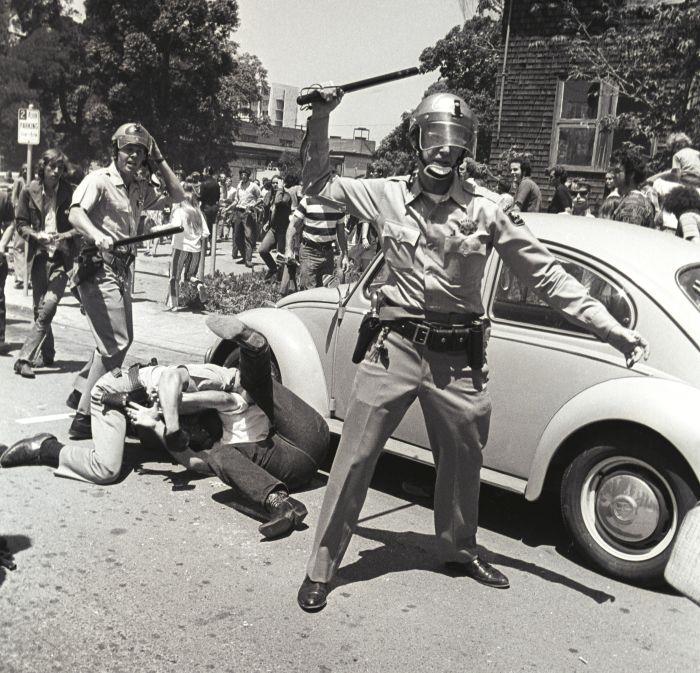 Uliczne zamieszki wBerkeley. Walka między policją astudentami oPeople's Park w1969 roku.