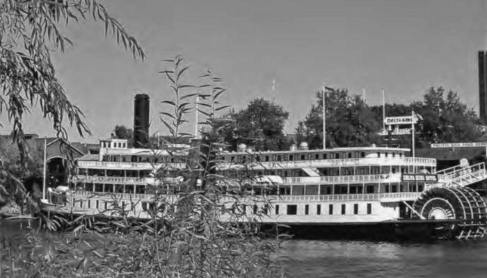 Statek Delta King płynący doSacramento