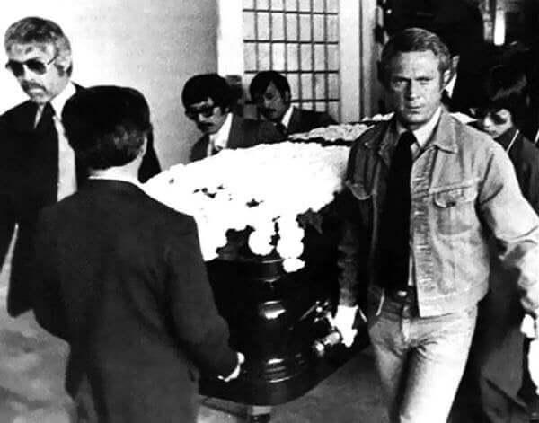 Amerykański pogrzeb Bruca Lee, Steve McQueen niesie trumnę aktora