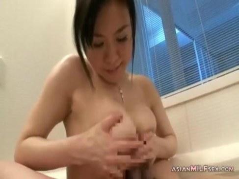 風呂場で欲情して夫婦の営みをする巨乳な熟女人妻が抜ける日活 無料yu-tyubu