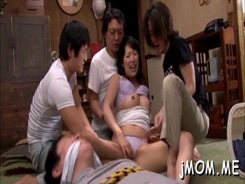 旦那の部下に囲まれ輪姦される四十路熟女が精子まみれになる日活 無料yu-tyubu
