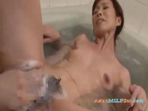 50代の貧乳おばさんが風呂場で久しぶりのセックスを愉しんでるオバチャンノ-パン