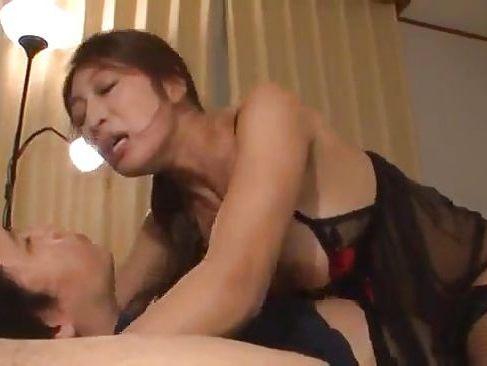 息子の寝ている所へ激しく興奮した母が息子のちんぽを舐めまくる淫乱熟女の近親相姦動画
