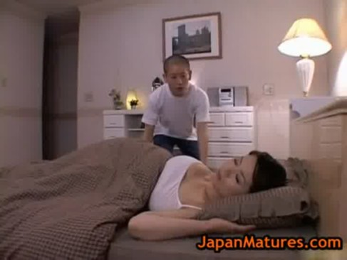 美爆乳熟年女お母さんが変態息子にエッチな悪戯をされちゃう!無防備に熟睡している最中におっぱいやおまんこを弄られちゃういけない関係動画