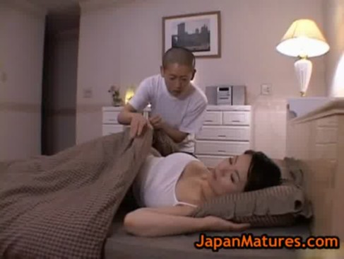 熟睡中の爆乳熟年女お母さんが息子にエッチな悪戯をされちゃう!豊満なおっぱいやおまんこを弄られてるきんしんそうkan動画