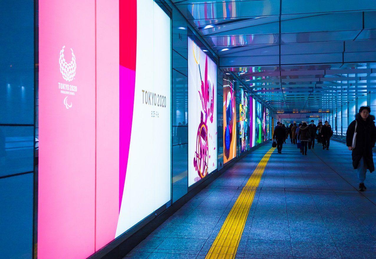 Publicidad de los Juegos Olímpicos en el aeropuerto de Narita
