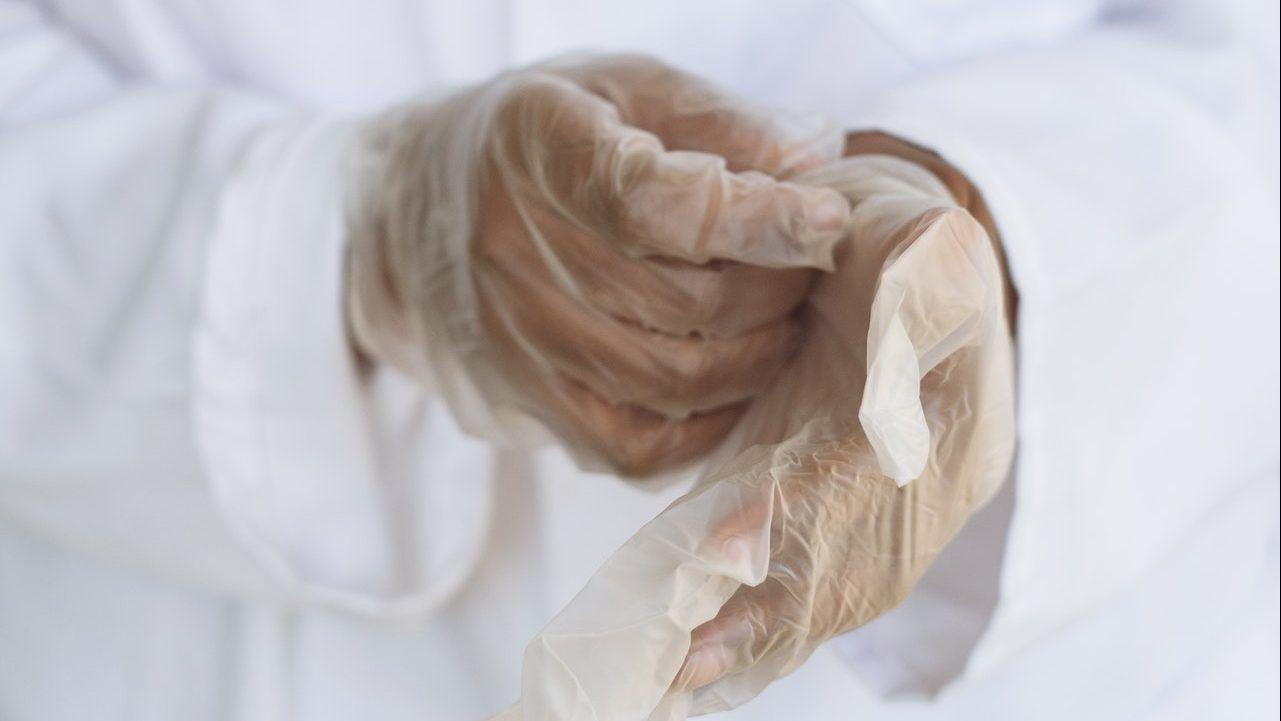 doctor con guantes