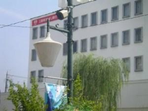 "※""CIBICO""表""康生通の商店街""側スピーカー。背景には""UFJ銀行"""