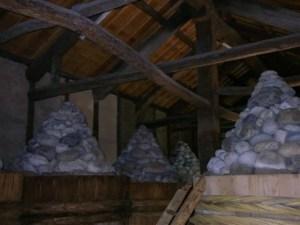 みそ樽にきっちりと三角錐の形にうず高く積まれた重しの石