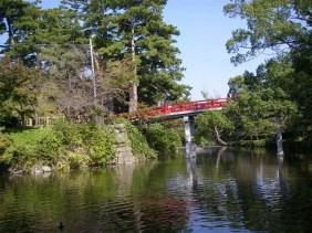 赤い橋は「神橋」