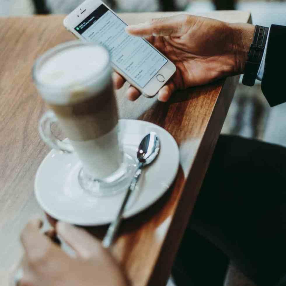 mobile first für Kirchengemeinden, hier Handy im Café bevorzugt vor Kaffee