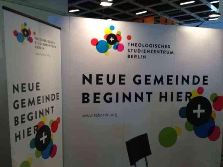Der Infostand des Theologischen Studienzentrums Berlin auf dem Kirchentag 2017