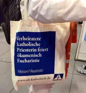 Give-Away der Alt-Katholiken auf dem Evangelischen Kirchentag