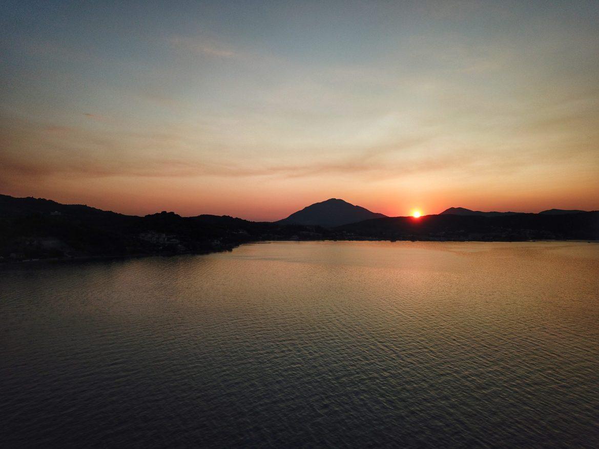 Закаты на фоне гор и моря умопомрачительны