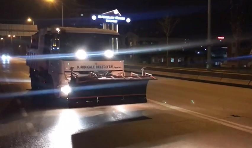 Kırıkkale Belediyesi kar ve buzlanmaya karşı 24 saat görevde
