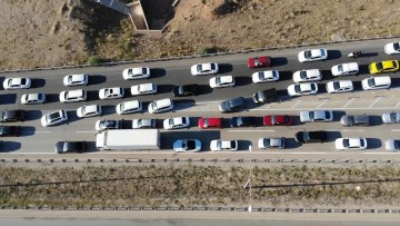 43 ilin geçiş güzergahında yoğun trafik: 'Kilit kavşak' havadan görüntülendi