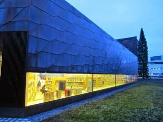 Apila-kirjaston lastenosaston pitkä ikkuna ulkoa päin kuvattuna.