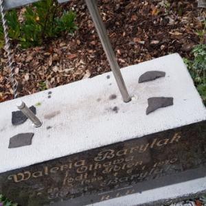 Trygg Aps borer stålrør i gravstens sokkel