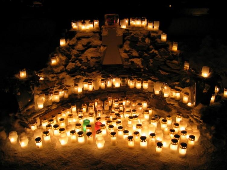 2002 1224 muistelukivi pimeässä jouluna 4.jpg