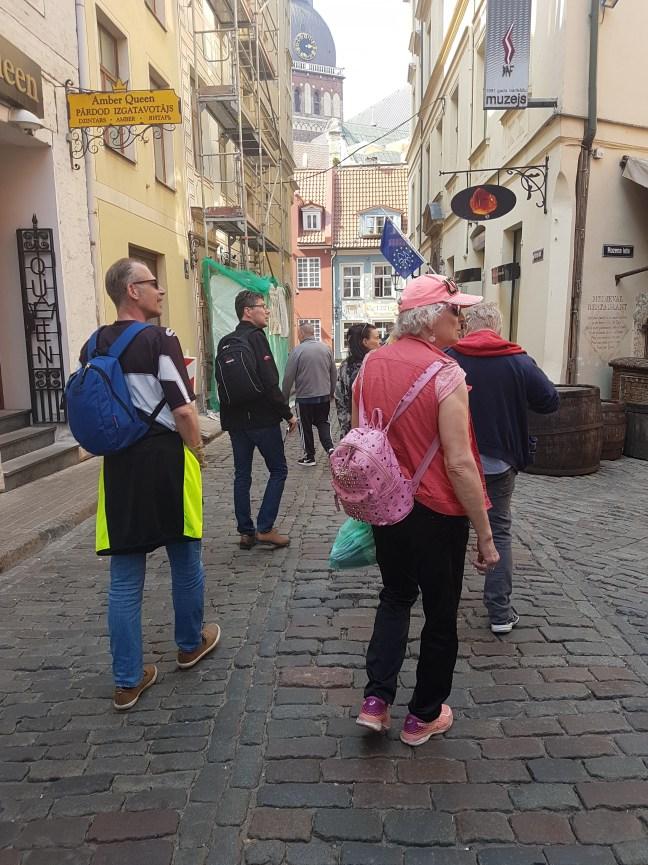 Nou hätä -ryhmän jäseniä kävelee kadulla Riiassa.