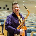 Timo-Teemu Passi seisoo saksofoni kädessään Carelia-salissa.