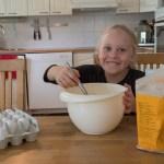 Rantakylän kokkikerhoa käyvä Tinja Asikainen vatkaa kakkutaikinaa.