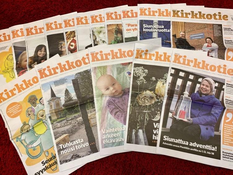 Kuvassa vuoden 2019 Kirkkotie-lehdet levitettynä pöydälle.