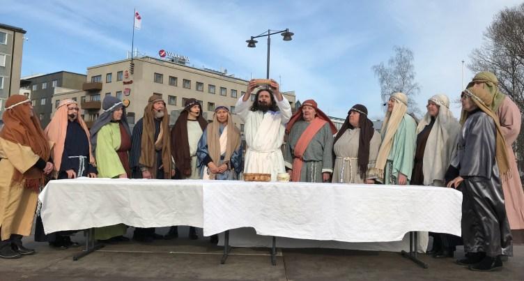 Ristintie-näytelmän kohtaus, jossa Jeesus ja opetuslapset viettävät ehtoollista.