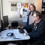 Matti Nevalainen ja Leena Mgaya tietokoneen ääressä.