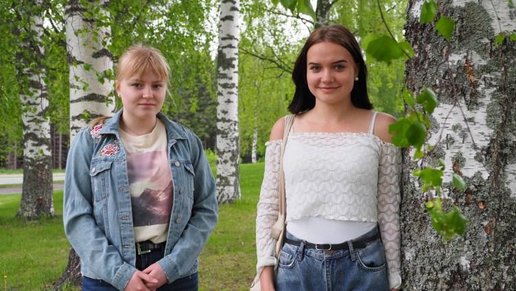 Alisa Sillanpää ja Veera Nykyri seisovat koivujen keskellä. Kuva: Sari Jormanainen