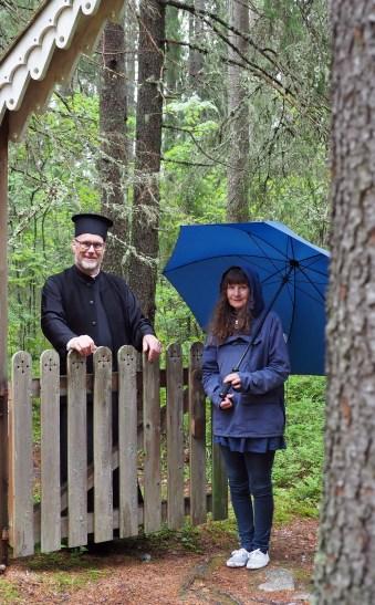 Vesa Takala ja Anne Angervo seisovat erämaakalmiston portilla.