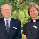 Kirkolliskokousedustajat Matti Ketonen ja Ruut Hurtig seisovat vihreiden puiden edessä