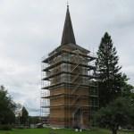 Kiihtelysvaaran kirkon kellotapuli, jonka ympärille on rakennettu maalaustelineet