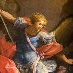 Arkkienkeli Mikael miekka kädessään.