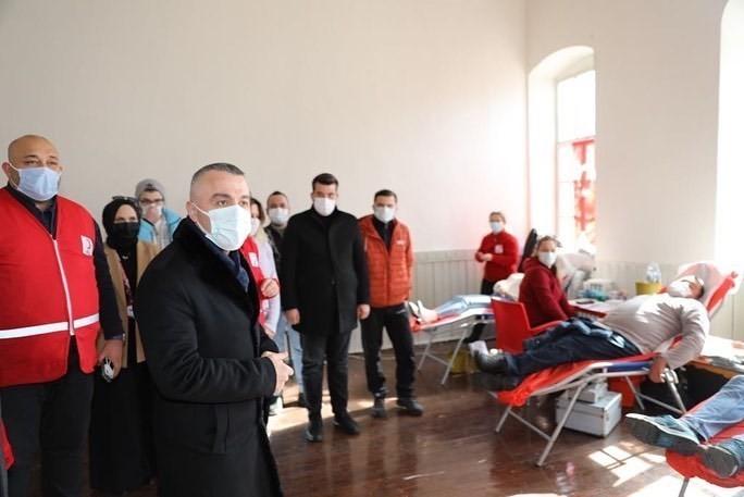 Vefa gönüllülerinden Kızılay'a destek