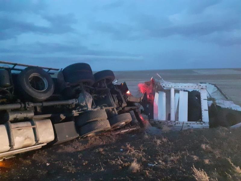 Kırşehir'de, yan yatan tırın sürücüsü hafif yaralandı