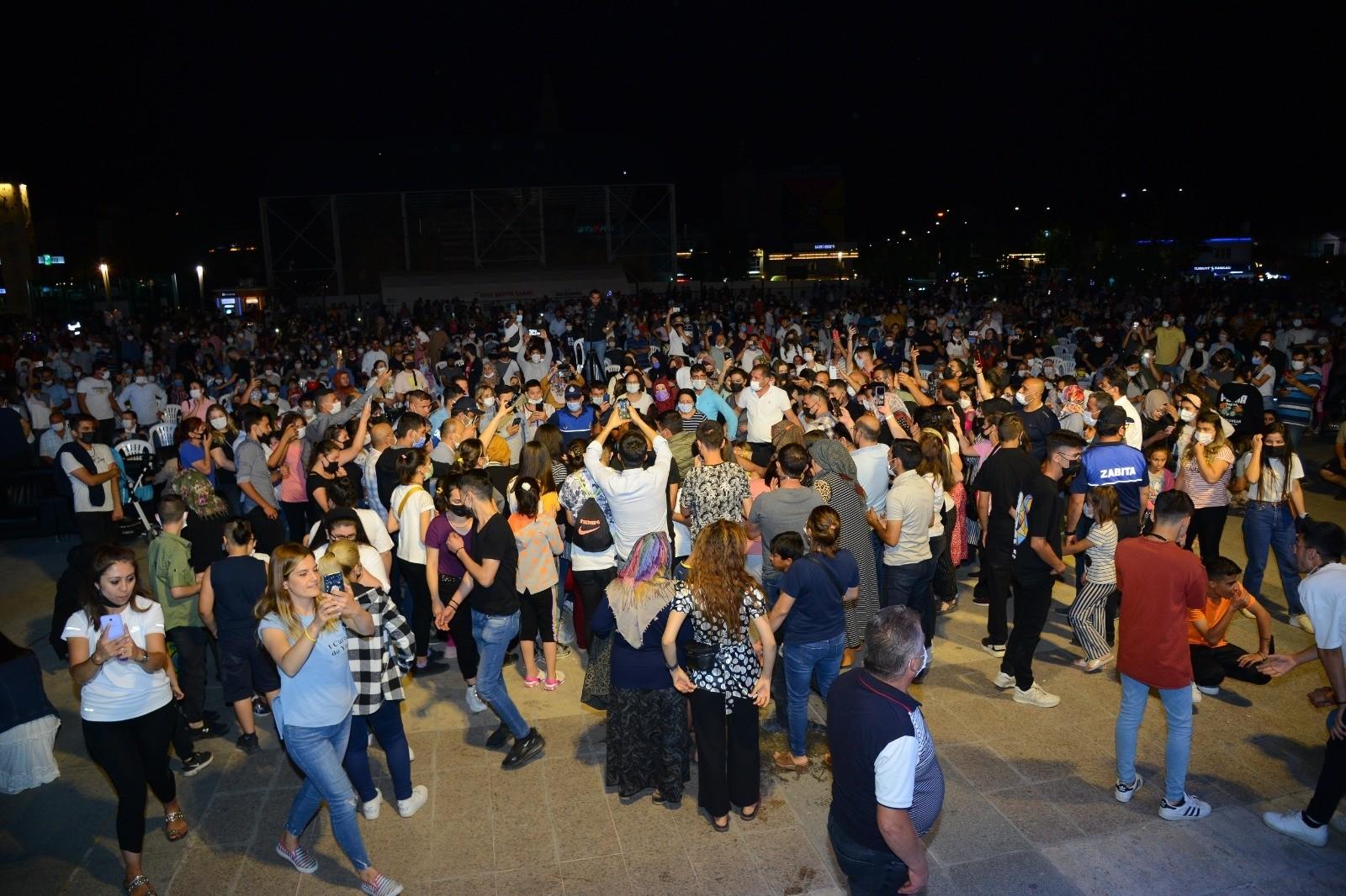 Kırşehir'de, Cacabey Meydanı Gülşen Kutlu konseri ile doldu
