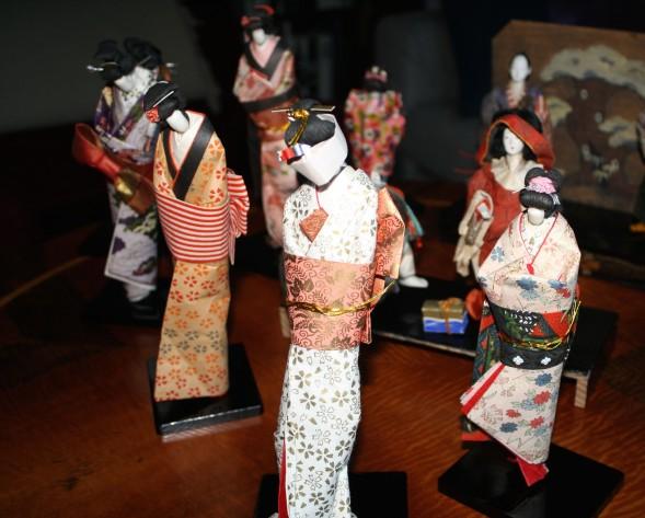 Eija asui vuosia Japanissa ja toi näytille nukkekokoelmansa.