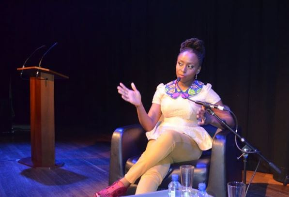 Chimamanda Ngoci Adichie kuvattuna tilaisuudessa 2013. Kuva chimamanda.com