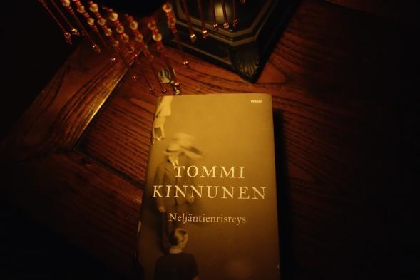 Tommi Kinnusen esikoisromaani Neljäntienristeys
