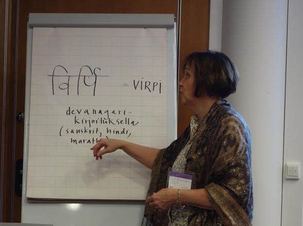 Virpi kirjoitti nimensä fläpille - luontainen opettaja!