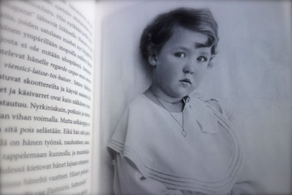 Oriana Fallaci - nainen ristitulessa -kirjan kuvitusta.