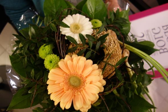 Blogistanian Globalian voitti ylivoimaisesti Kate Atkinsonin Elämä elämältä. Kimppu kuvastaa elämän kiertoa ja sisälsi sipuleista avautuneisiin kukkiin.